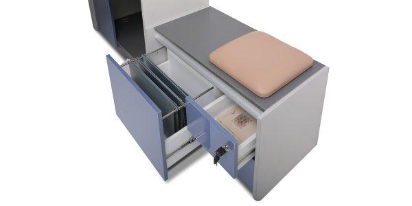 فایل نشیمن لارک دارای دو کشو در قسمت فایل کناری و یک کشو مخصوص بایگانی پرونده است. این محصول مجهز به تشک جهت نشستن افراد است.