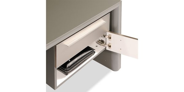 میز مدیریت زاگرس، دارای کشو و کمد با ریلهای لوکس و آرامبند جهت قرار دادن لوازم مدیران است. این محصول امکان اضافه کردن Safety Box در یکی از کشوهای میز را نیز دارد.