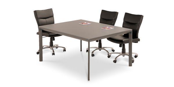 میز کنفرانس نکا C از مجموعه کارشناسی نکا، دارای صفحه MDF با ضخامت 16 میلیمتر است. استفاده از سیستم پایه و دایکست واسط امکان تولید این میز کنفرانس با طولهای نامحدود را فراهم آورده است.