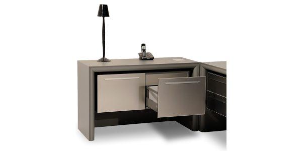 ال میز مدیریت زاگرس که بهترین مکمل این میز است، دارای کشو و کمد با ریل های لوکس و آرام بند جهت قرار دادن لوازم شخصی مدیران میباشد. این محصول مجهز به الکتریک باکس با امکاناتی شامل پریز برق، شبکه، سوکت میکروفن و سوکت USB و VGA میباشد.