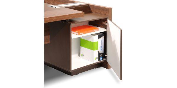 میز مدیریت الوند محصولی از خانواده مدیریتی الوند، دارای امکاناتی از قبیل کشوی بایگانی پرونده است که امکان اضافه کردن گاوصندوق در یکی از کشوهای میز وجود دارد. این محصول مجهز به الکتریک باکس با امکاناتی شامل پریز برق، شبکه،سوکت میکروفن، سوکت USB و VGA نیز میباشد.