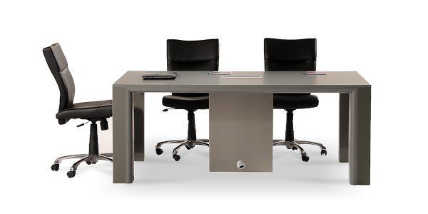 میز کنفرانس زاگرس، دارای الکتریک باکس با امکاناتی شامل پریز برق، شبکه، سوکت میکروفن، سوکت USB و VGA است.