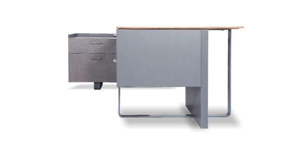 میز مدیریت دنا دارای قابلیت نصب گاوصندوق است و دارای فایل کشو جهت بایگانی پرونده با مکانیزم ریل آرام بند میباشد. این محصول مجهز به قاب عبور سیم و الکتریک باکس با امکاناتی شامل پریزبرق ، شبکه ، سوکت میکروفن ، سوکت USB و VGA میباشد.